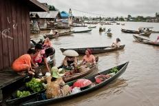 Mercado flotante Indonesia