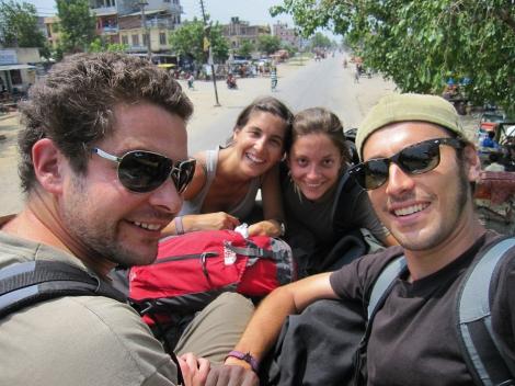 El equipo llegando a la frontera indo-nepalí en el techo de un autobús local