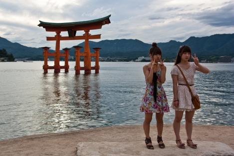 Con una típica estampa japonesa de vacaciones donde hay que posar siempre así