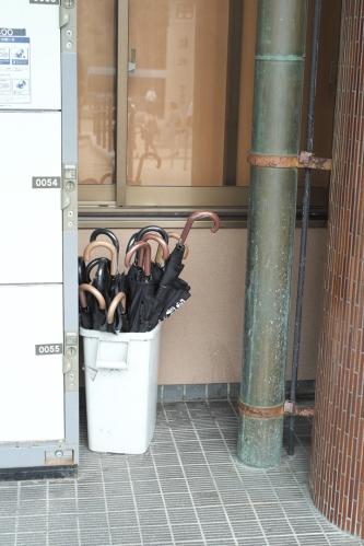 ... dos de estos paraguas 'populares' nos vinieron de miedo en Miyajima. Los usas y, cuando te vuelves lo dejas ahí o en otra estación...