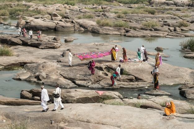 Secando ropa en el río
