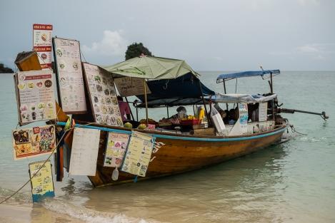 El barco de la comida en Phra Nan Beach, Railay