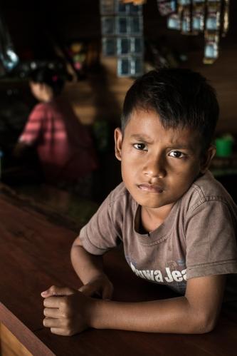 Niño en un bar de Pulau Weh