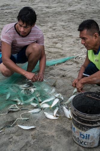 Pescadores en la arena de Playa Zicatela