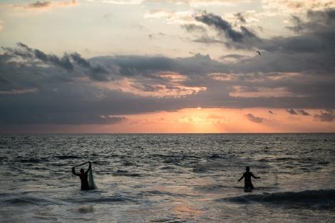 Pescadores al atardecer en Playa Zicatela