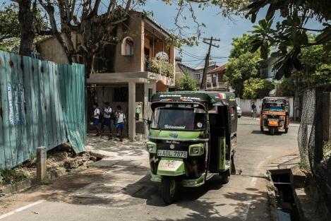 Tuc-tucs en una calle de Negombo