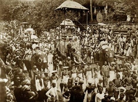"""Desfile del """"Esala Perahera"""" en 1.885"""