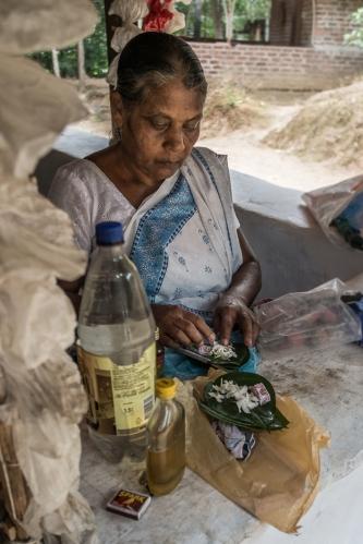 Señora en un Templo cerca de Kandy, Sri Lanka