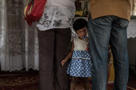 Niña en un templo, Kandy, Sri Lanka