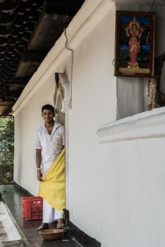 Chico en un templo de Kandy, Sri Lanka