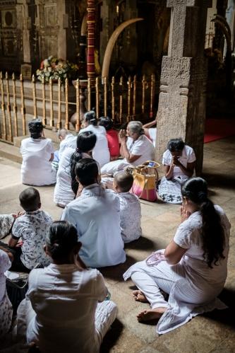 Rezando en el Templo de la Reliquia del Diente