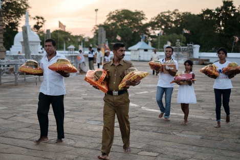 Ofrendas en una estupa de Anuradhapura