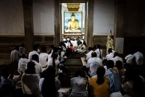 Rezando en un templo