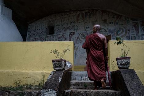Monje en un templo cerca de Ella