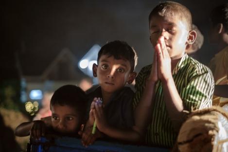 Niños rezando en Sri Lanka