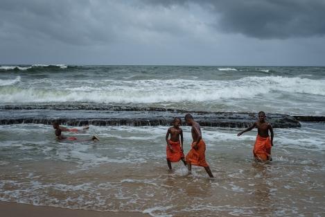 Monjes en un baño en el mar