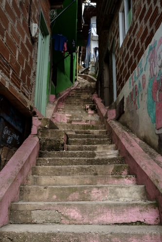 Escaleras en la Comuna 13 de San Javier, Medellín, Colombia