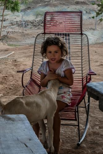 Cabra y niña
